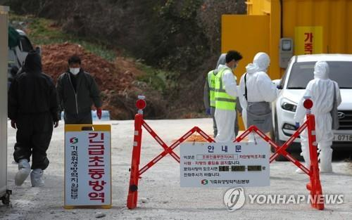 Public service workers carry out a disinfection operation at a poultry farm in Naju, 355 kilometers south of Seoul, on March 11, 2021. (Yonhap)