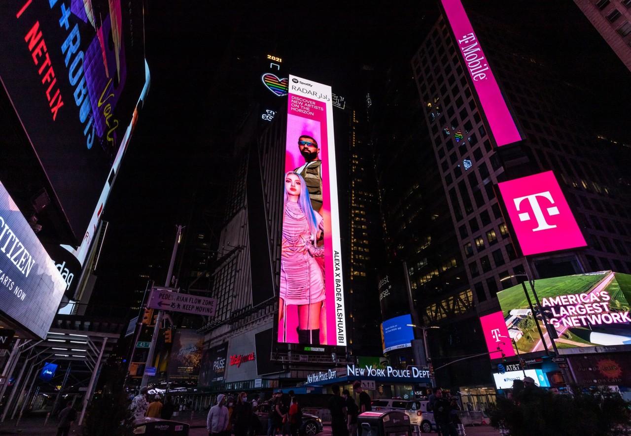"""Penempatan papan reklame di Times Square New York mempromosikan lagu baru AleXa dan penyanyi berbasis KuwaitSaudi Bader AlShuaibi """"Is It On"""" pada 21 Mei Spotify"""