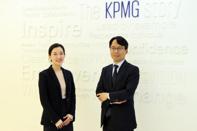 3bfa2eb3e1 KPMG Samjong s partner and head of the firm s North Korea Business Center  Kim Kwang-seok (right) and Cho Jin-hee