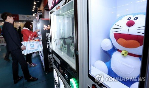 Slowing economy lures young Koreans to claw machines