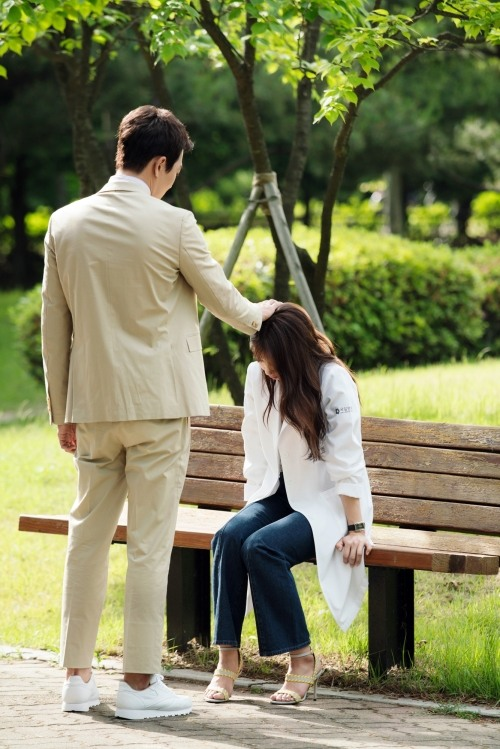 Peek behind the scenes of Park Shin-hye, Kim Rae-won's 'Doctors'