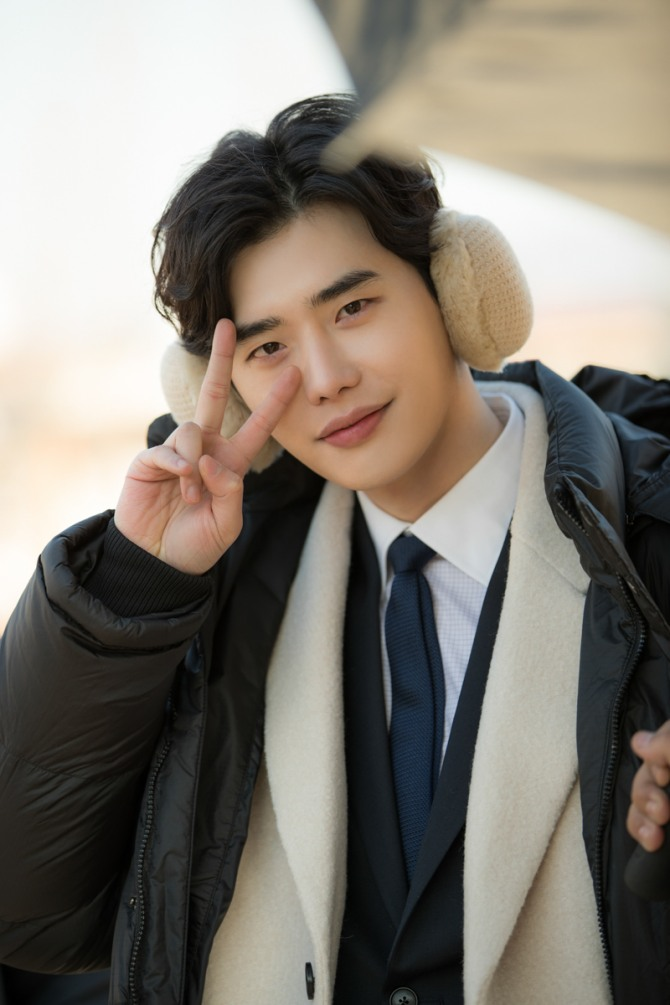 Photo] Lee Jong-suk passionate on drama set