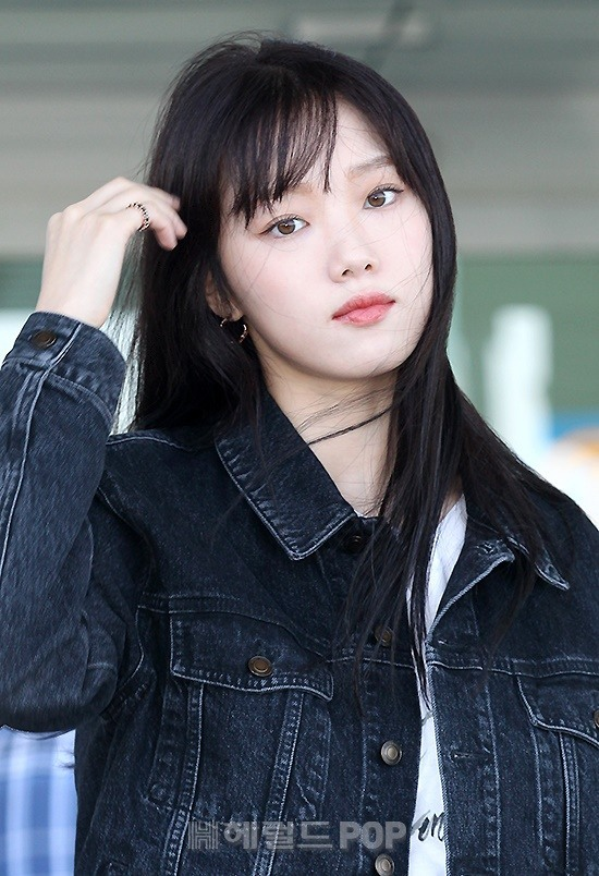 Lee Sung-kyung cuts dark outbound denim look