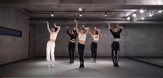 V Report Plus] ITZY drops dance practice video of 'Dalla Dalla'