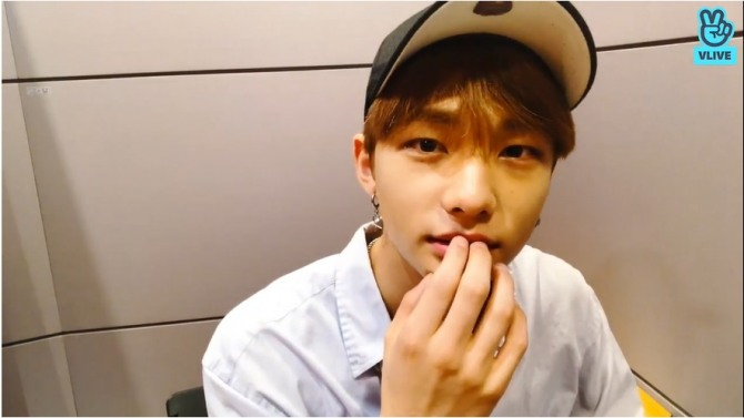 V Report] Stray Kids' Hyunjin enjoys late-night talk
